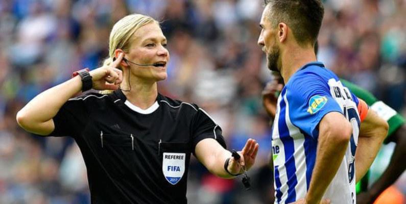 Bibiana Steinhaus se convirtió en la primera mujer en dirigir en la Bundesliga